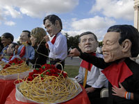 Photo, Spaghetti Feast with the G8, laria DiBiagio, 2009, Oxfam-UCODEP