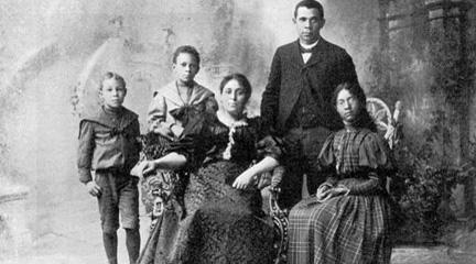 Photograph, Mr. Booker T. Washington and his family, Univ of Illinois Press.